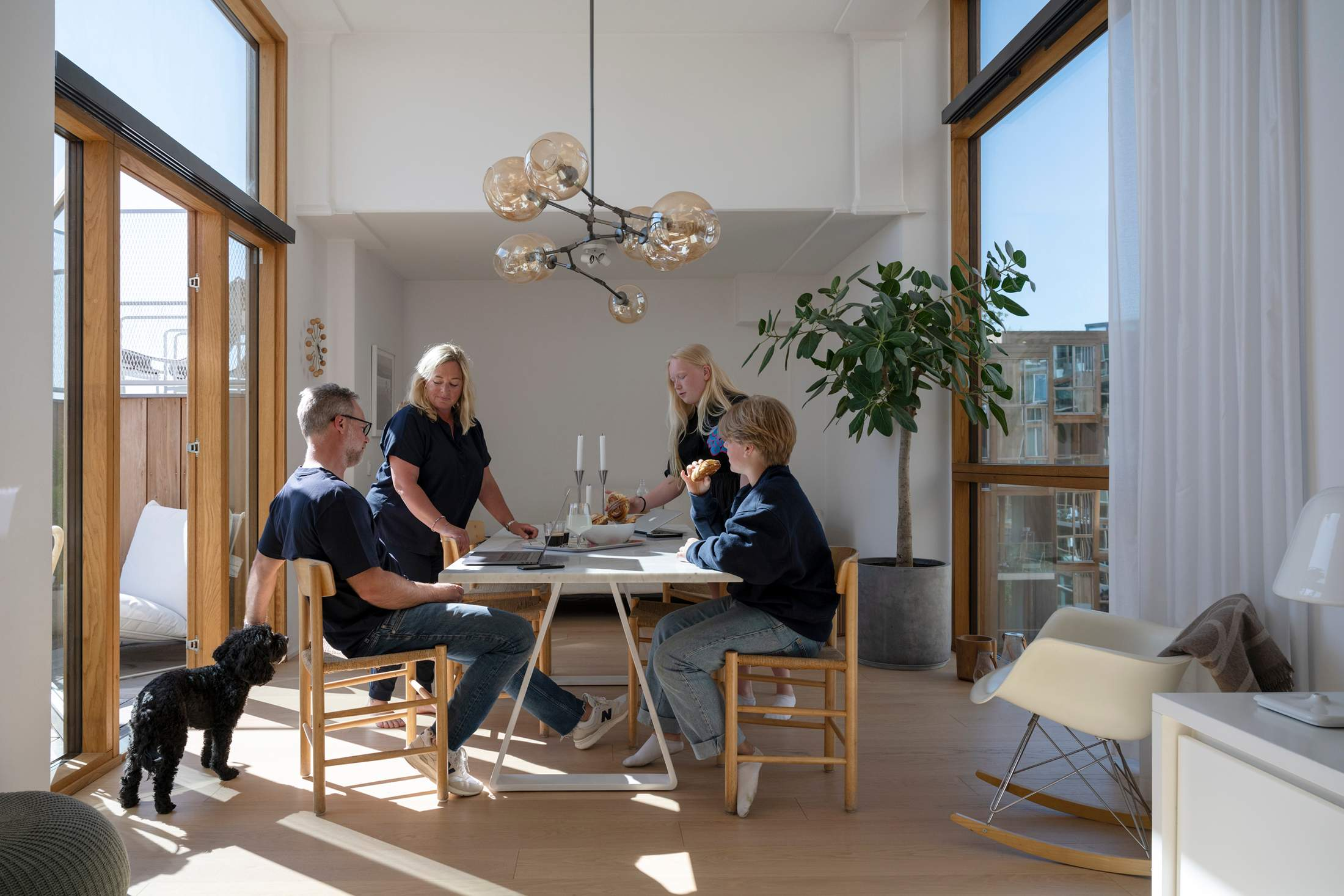 karl-johanbogenfors+family-in-apartment_2157.jpg