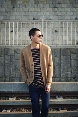 CARDIGAN by Loro Piana, T-SHIRT by Cantate, JEANS by Jacob Cohën, SUNGLASSES by Eyevan 7285