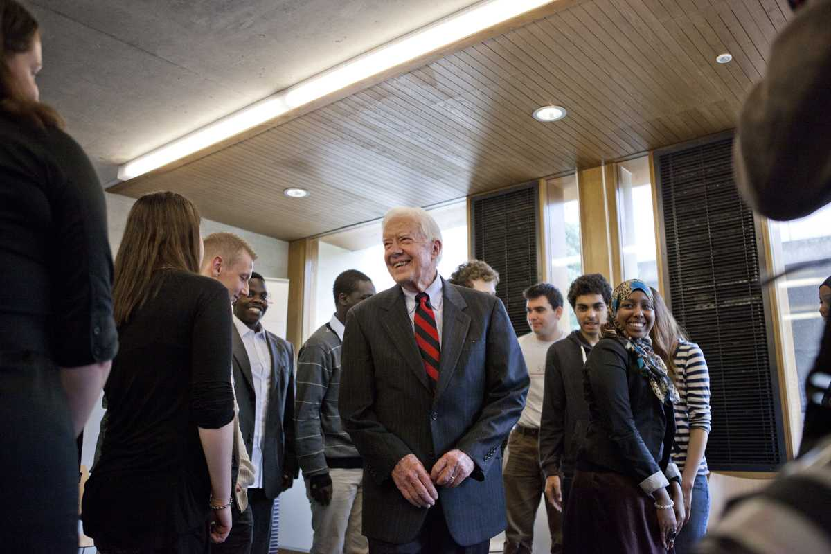 Carter talks with trainees at a homeless charity in London