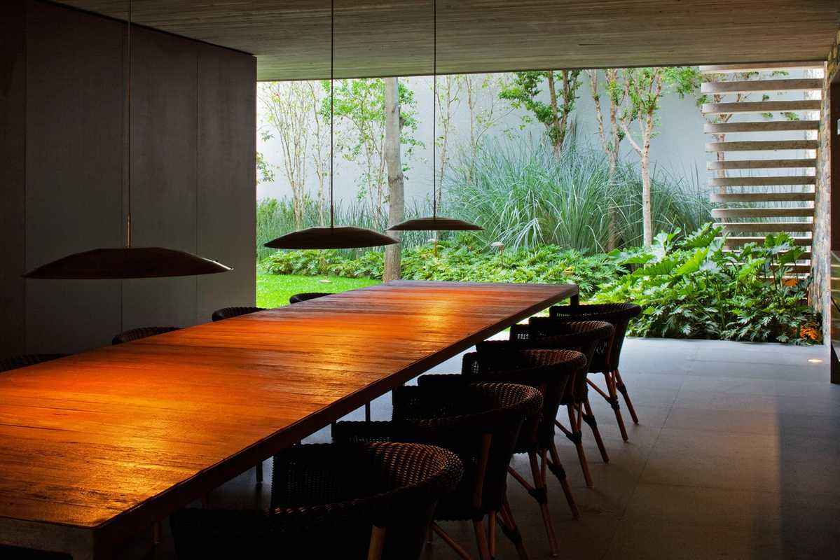 Marcio Kogan designed the dining table