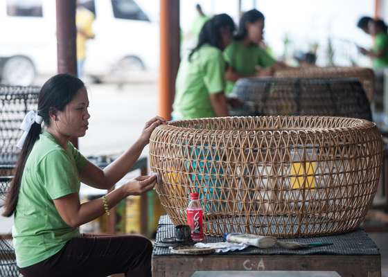 Weaving a rattan piece