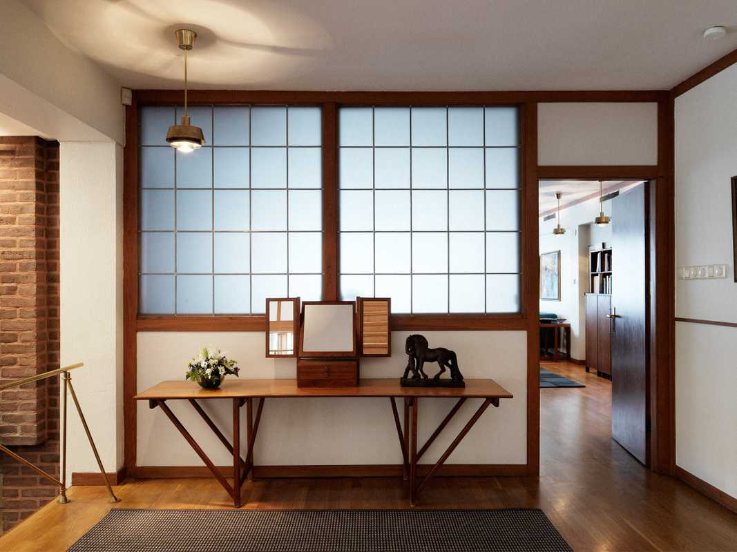 Glass screens evoke Japanese 'shoji' screens