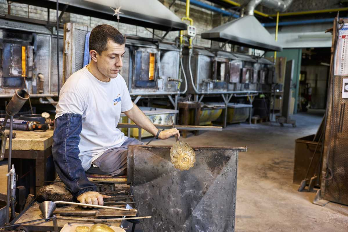 Craftsmen use steel and wood moulds – and no gloves