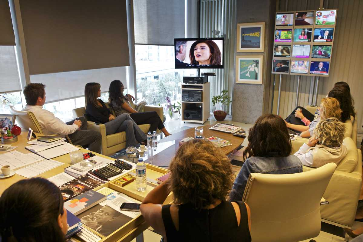 Viewing a proposal for a new series in the office of Kanal D editor-in-chief, Pelin Dis¸tas¸ Yas¸arog˘lu