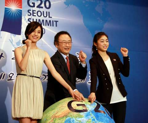 Sakong-Il (centre), Kim Yu-na (right) and Han Hyo-joo.