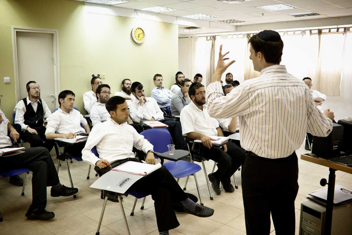 A men's class at the Orthodox branch of Habetzefer, Bnei Brak