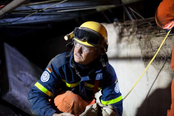 THW member reappears from a tunnel after hours of rescue work training