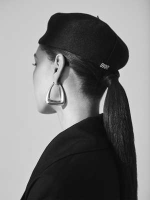 Dress by Jacquemus, beret and earrings by Dior