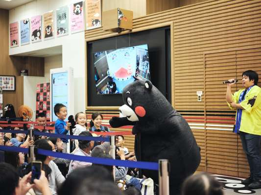 Kumamon whips up the crowd