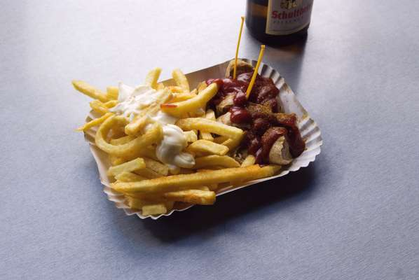 Pommes, wurst and all the sauces please