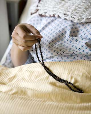 Saudi patient Alnaimi Afaf with prayer beads at UKE