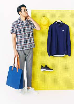 He wears: shirt by Woolrich, t-shirt by Circolo 1901, trousers by Jacob Cohën, trainers by Adidas Originals, glasses by Eyevan 7285, bag by Frescobol Carioca. On the board: cap by Freemans Sporting Club, jacket by Castore, trainers by Nike Sportswear