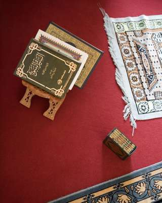 Koran and prayer mat at UKE