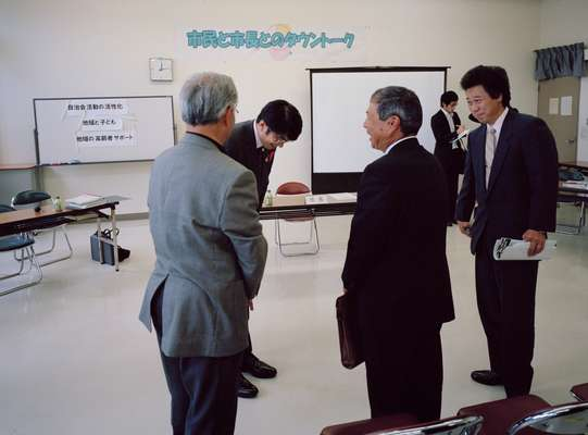 Talking with Nagasaki citizens after a meeting