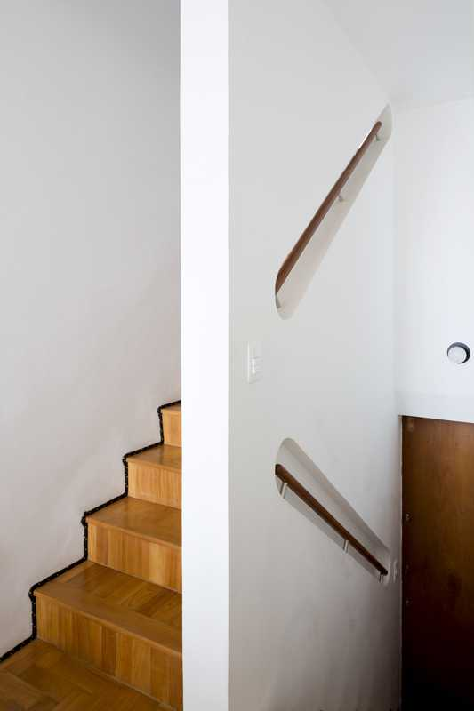 Play Arquitetura's space-saving handrail design in Almeida's duplex apartment