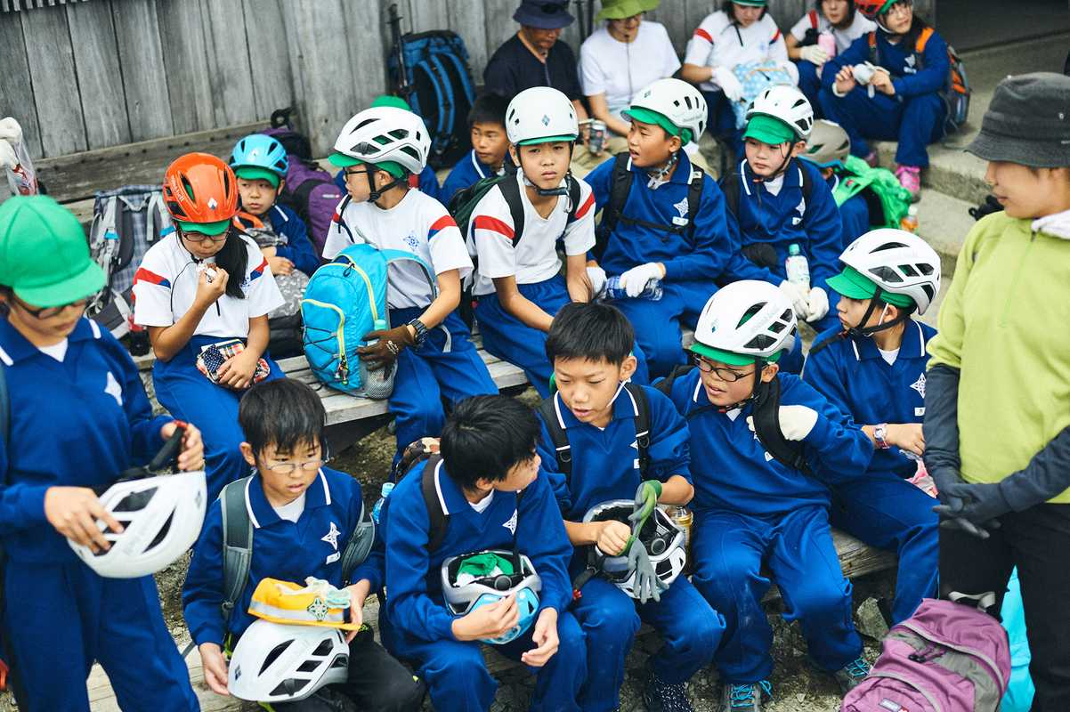 Schoolchildren on a thin-air field trip