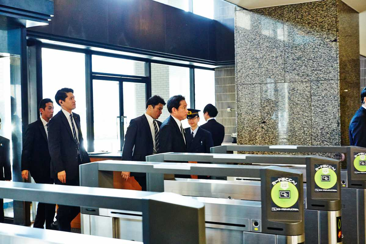 Foreign minister Fumio Kishida  (leading) returns from a parliament session