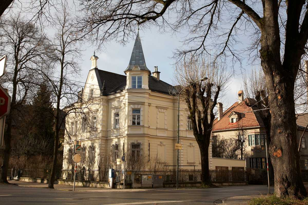 A detached mansion on the corner of Bienerstrasse and Falkstrasse