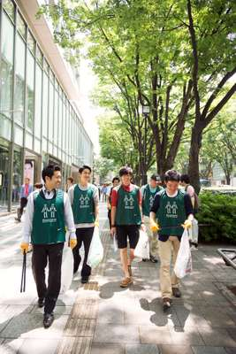 Green Bird cleaning team gets to work in Omotesando, Tokyo