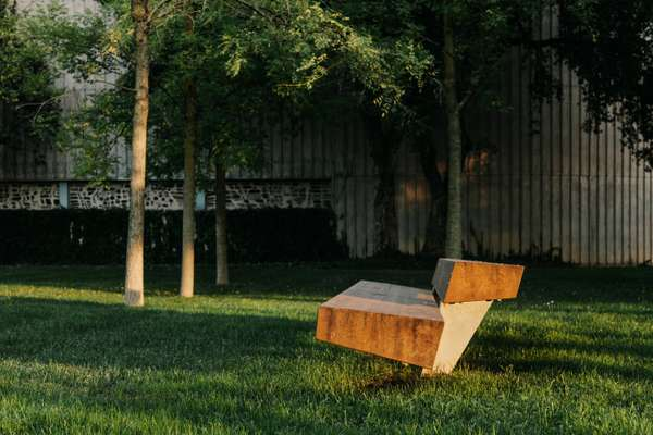Trapecio bench in the garden