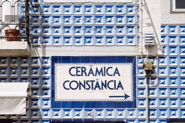 Sign in Olival Street pointing to the Constância ceramics factory