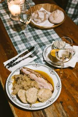Schweinebraten, sauerkraut and dumplings: some 'Heuriger' have started selling hot food too