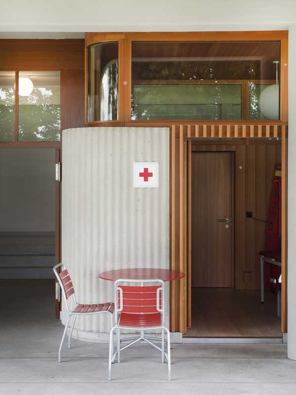 First-aid station, an example of how concrete and larch elements harmonise with the historically protected building