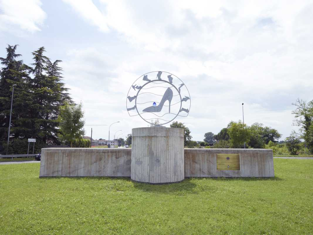 Monument to Parabiago's shoe district