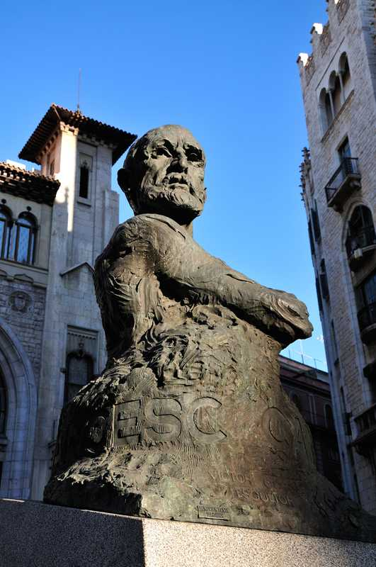 A controversial statue of Francesc Cambó, a conservative politician who had championed Catalan independence, being unveiled. It was sculpted by artist Victor Ochea.