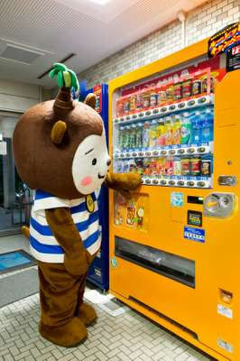 Muu-chan at a vending machine