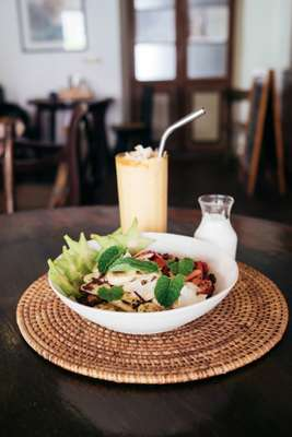 Granola and mango smoothie at Café Kumbuk