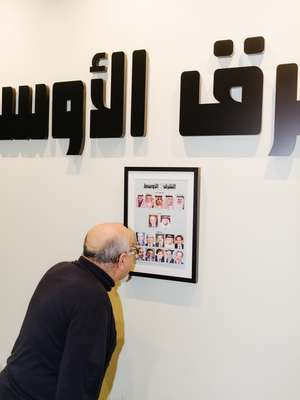 Eyad Abu Shakra admiring the founders and former editors of 'Asharq Al Awsat'