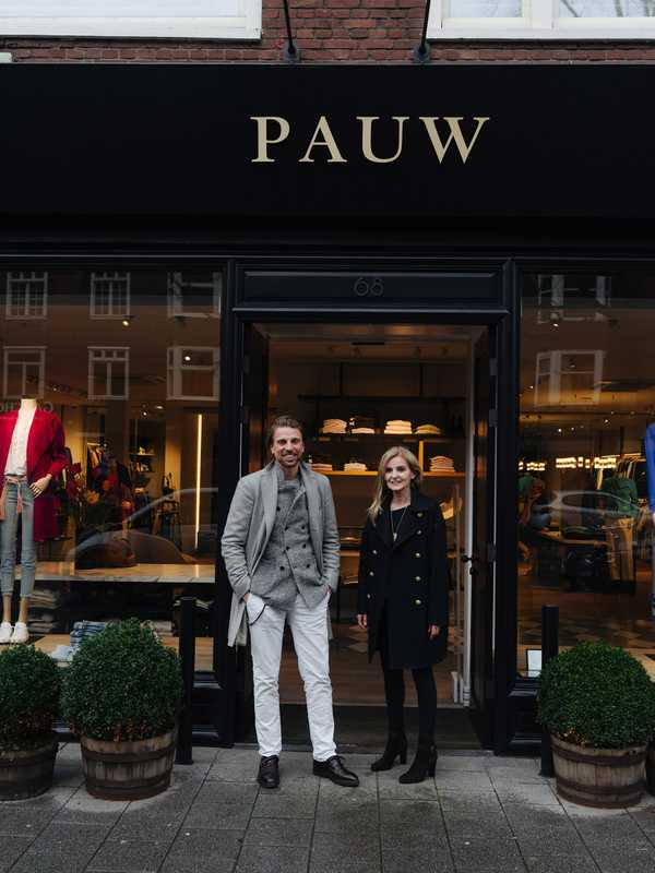 Christiaan Klein-Pauw and Madeleine Pauw in front of the womenswear shop on Beethovenstraat in Amsterdam