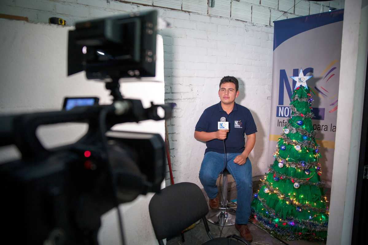 Yadira Suárez's co-presenter and former Farc militant is filmed giving his Christmas message to Colombia in a corner of NC Noticias' studios