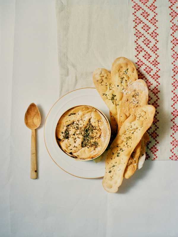 Baked vacherin with garlic and wine, and fennel and thyme crispbreads