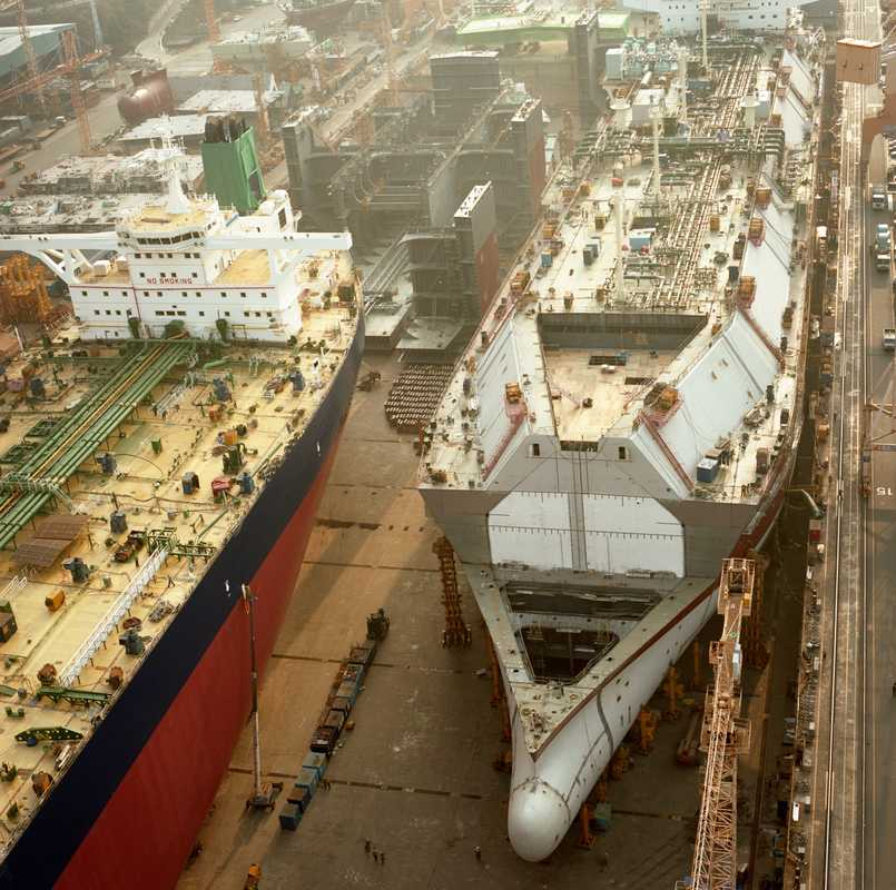Ships in the No.1 Dock at Daewoo Shipbuilding & Marine Engineering in Okpo (from left): very large crude oil carrier (VLCC) and large LNG carrier (LLNG)