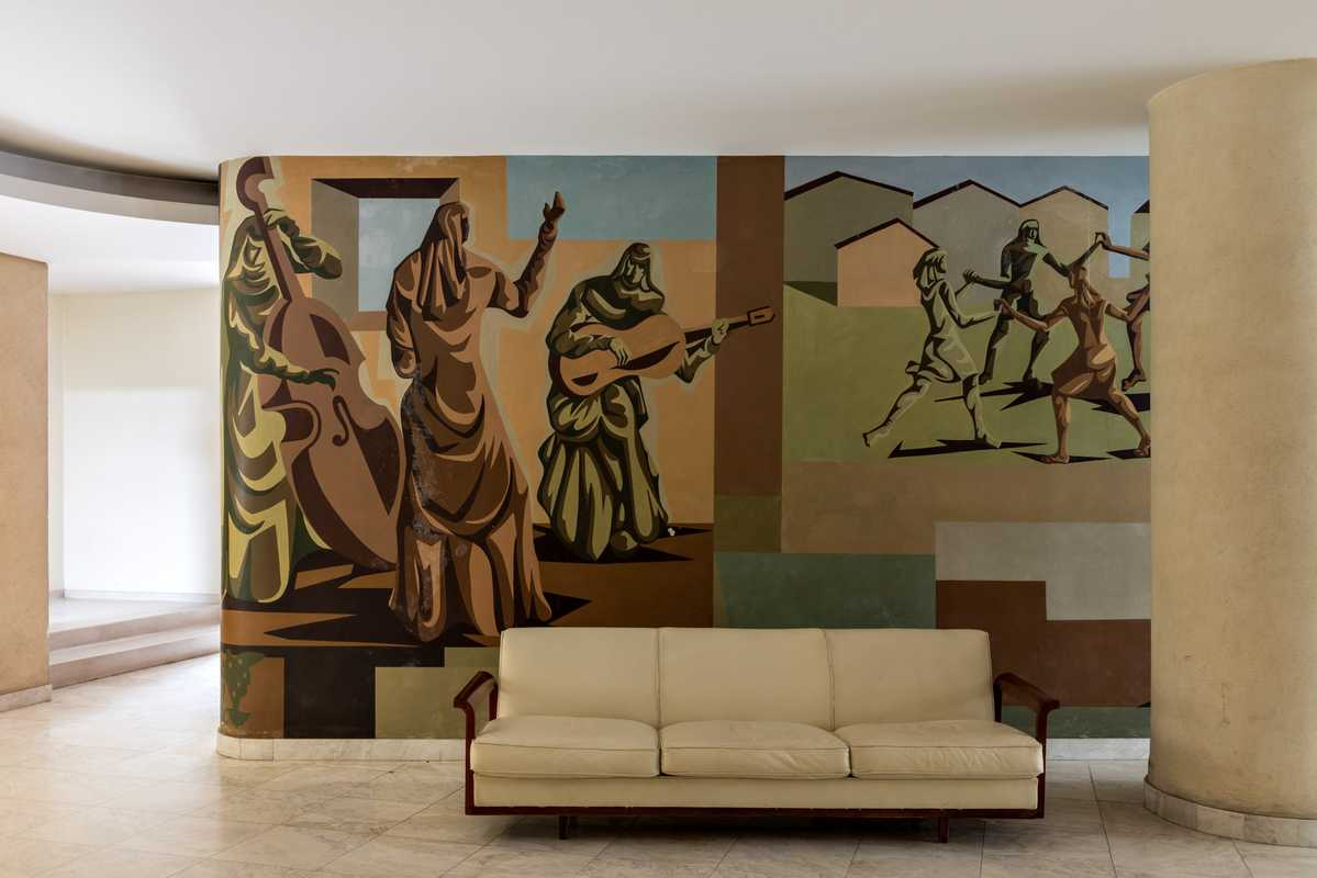 Clóviz Graciano mural adorning entrance hall
