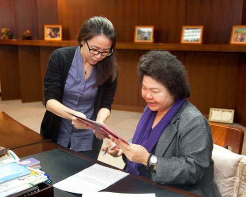 Mayor Chu Chen (right)