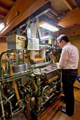 A loom used to weave the Hosoo textiles