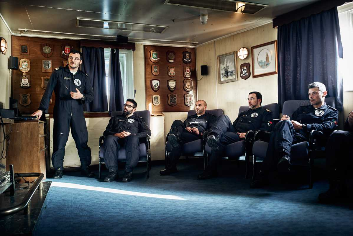 Nightly officer briefing aboard the 'Bérrio'