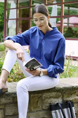 Shirt by Barena, jeans by Closed, sandals  by Birkenstock, glasses by Oliver Peoples, watch by Kronaby, bag by PB 0110