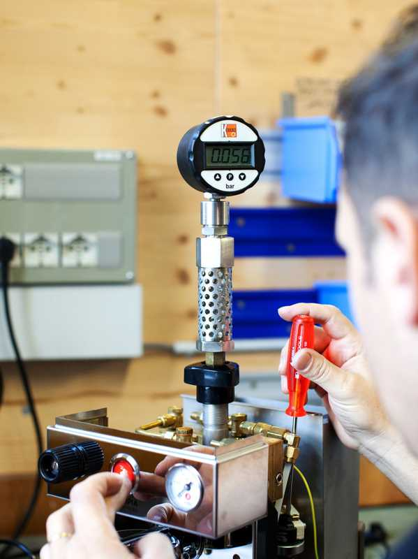 Measuring pressure in the spool