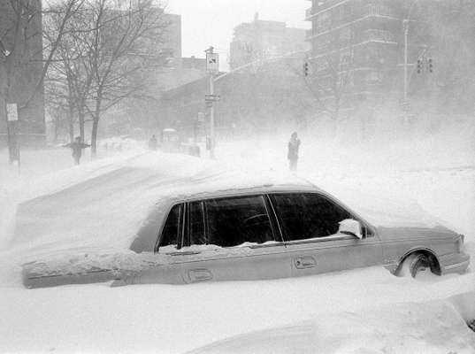 1996: snowdrift during heavy storm in New York City