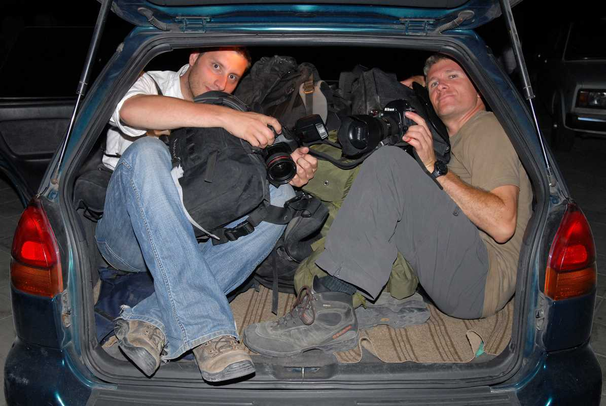 Photographers cram into a car as journalists escape Gori before advancing Russians