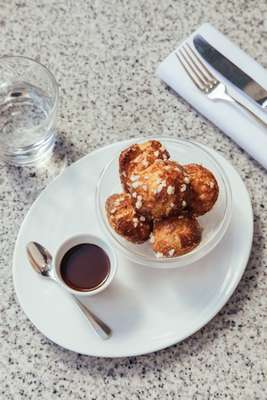 Cream-filled choux with hot chocolate sauce