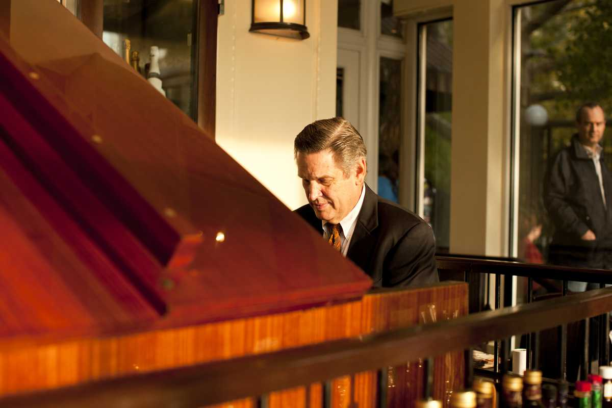 Pianist in the dining room