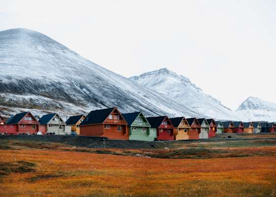 Panoramic view of Longyearbyen's terraced houses, painted according to Grete Smedal's colour plan