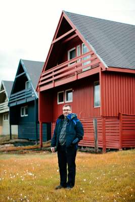 Per Christian Frøislie outside his red home